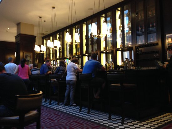 Clayton Hotel Dublin Airport: The bar in the lounge