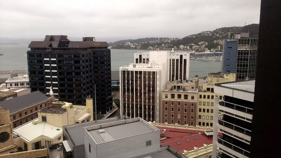 Travelodge Hotel Wellington : Looking down the bay from our top floor suite