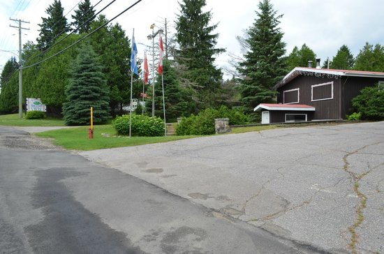 Auberge Mountain View Inn: View from the Road