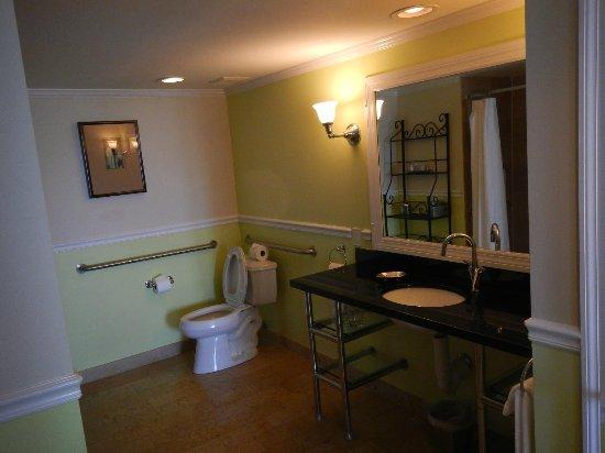 Ocean Key Resort & Spa: banheiro enorme