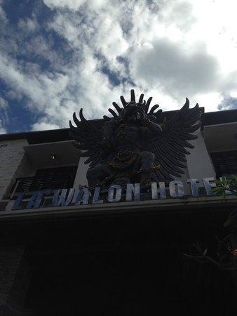 La Walon Hotel: In front of Reception