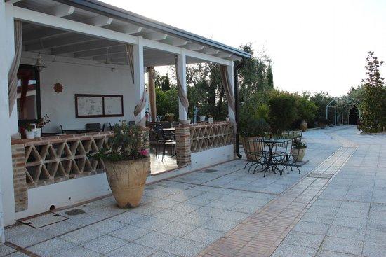 Hotel Giardino Giamperduto : Hotel patio dining area