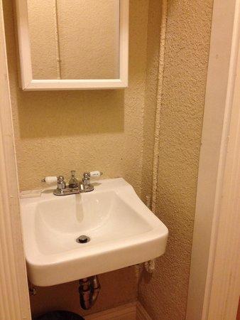 Orange Village Hostel: Private bathroom