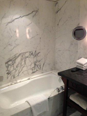 Shangri-La Hotel, Vancouver : Marble bathroom