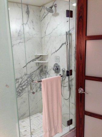 Shangri-La Hotel, Vancouver : Separate shower