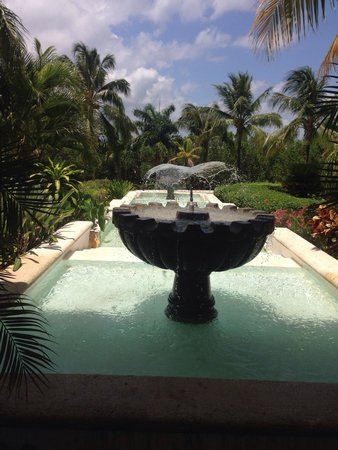 Secrets Capri Riviera Cancun: Out in front of resort.