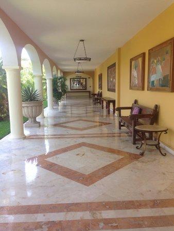 Secrets Capri Riviera Cancun: Outside corridor