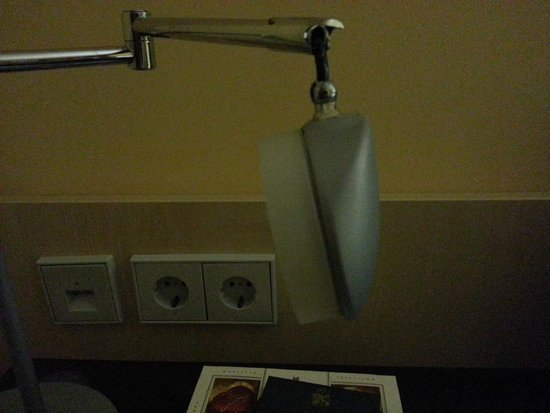 Holiday Inn Express Frankfurt-Messe: The broken lamp