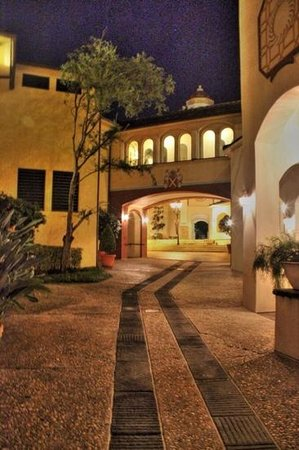 Loews Portofino Bay Hotel at Universal Orlando: roaming through Porto at night