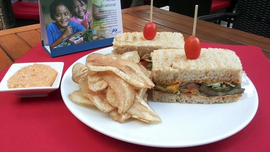 Marum: Whole Grain Sandwich with Grilled Vegetables, Chili Aïoli and Asian Crisps