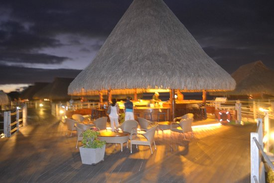 Hilton Moorea Lagoon Resort & Spa: crapes bar a great night time spot to see the local sharks