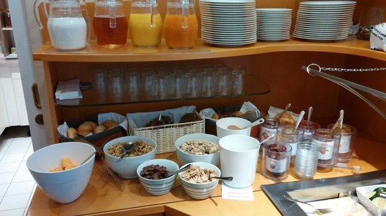 Pension Aviano: Breakfast