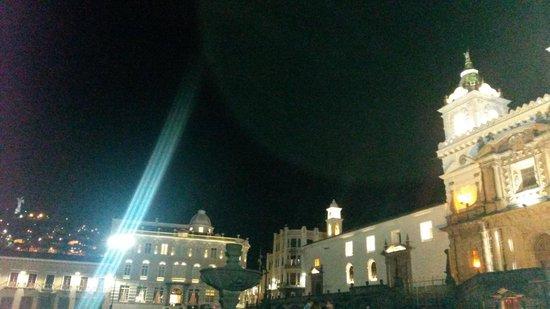 Plaza de San Francisco: Igreja de São Francisco com La Virgen del Panecillo ao fundo