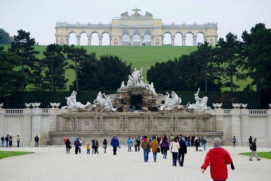 Schloss Schönbrunn: Looking towards the fountain