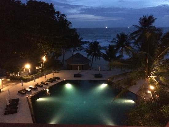 The Surin Phuket: Nighttime pool light up