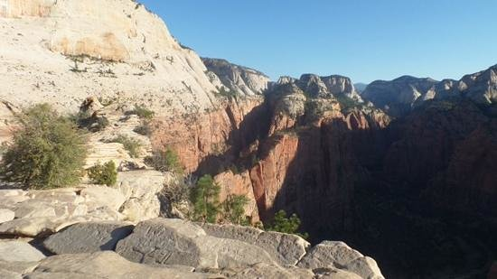 Angel's Landing: Path leading to the Landing - Note no guard rails or chains.