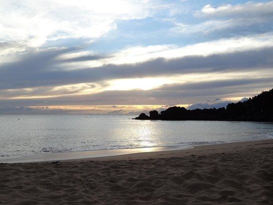 Sheraton Maui Resort & Spa: sunset setting and black rock