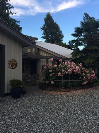Hedgerow House Bed & Breakfast: Entrance