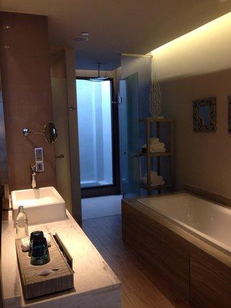 Pullman Phuket Arcadia Naithon Beach: Bath room on level 3 ocean view
