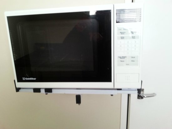 Auckland Airport Lodge: Microwave perched precariously