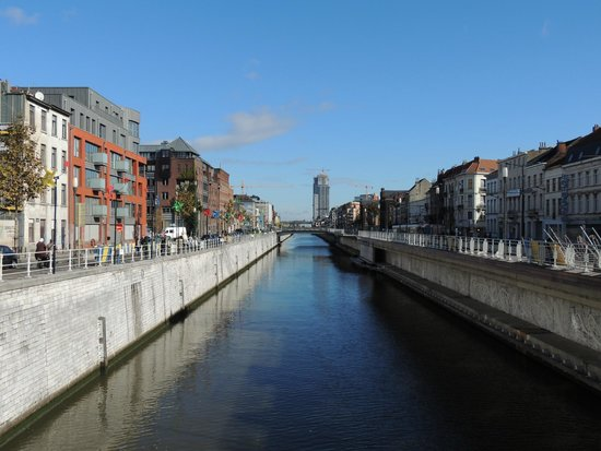 MEININGER Hotel Brussels City Center: El hotel está junto a este canal