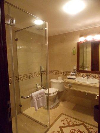 Grand Hotel Saigon : The Bathroom