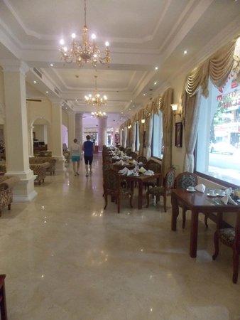 Grand Hotel Saigon: Overflow area for breakfast
