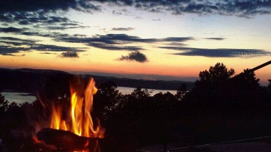 Pointe West Resort Motel: Fire pit at sunset
