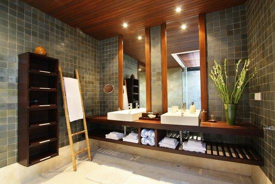 Puri Tupai: master bathroom