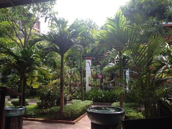 Central Boutique Angkor Hotel : The garden by the hotel restaurant