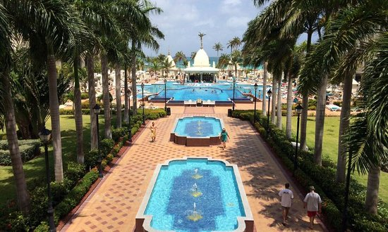Hotel Riu Palace Aruba: grand entrance to the beach