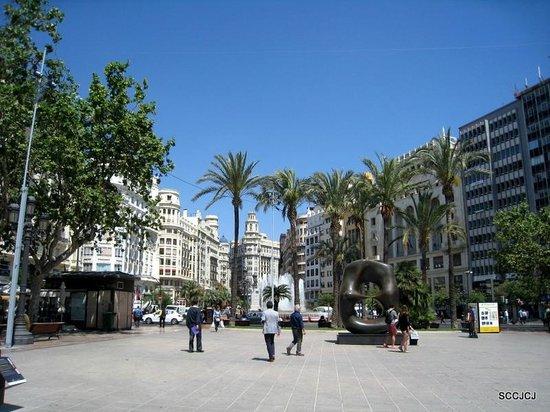 Plaza Ayuntamiento : Fountain and modern sculpture