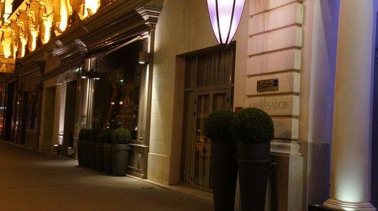 Paris Marriott Opera Ambassador Hotel: エントランスです。