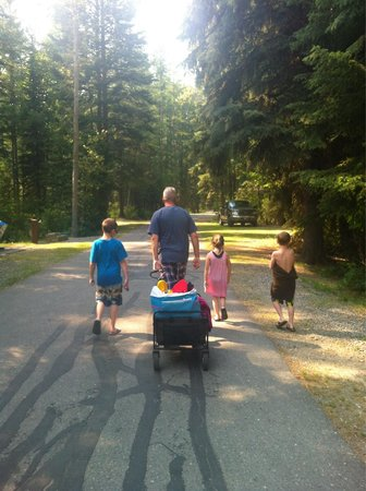 Moyie, Canada: A short walk from the lake to your campsite