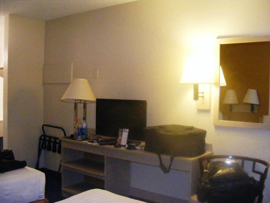 Howard Johnson on East Tropicana, Las Vegas Near the Strip: Inside the room no desk