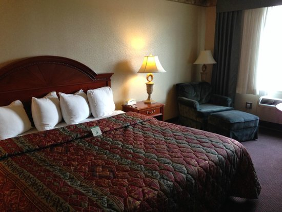 Le Ritz Hotel & Suites : Fairly comfortable bed