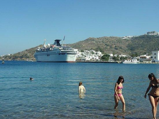 Walking in Patmos: パトモス島のビーチ-浅瀬です