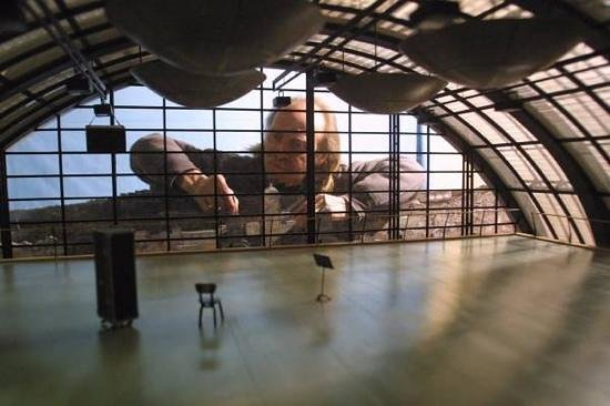 Musée Miniature et Cinéma : le miniaturiste au travail