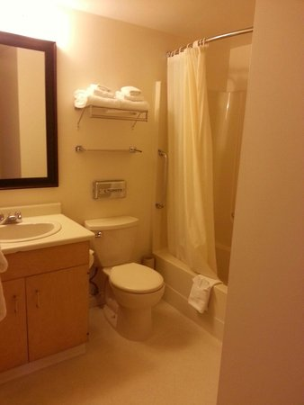 Embassy Inn: Very clean bathroom