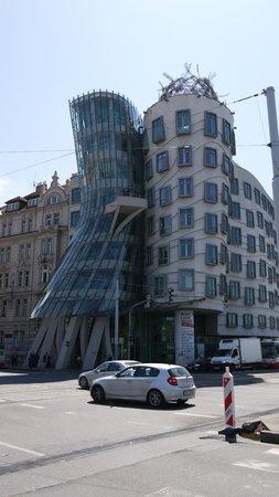 Havel's Apartment Block: Танцующий дом