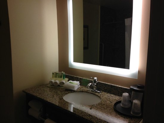 Holiday Inn Express Missoula NW : Clean and new separate vanity area