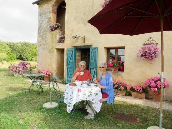 B&B La Canonica di San Michele: Our Garden Breakfast