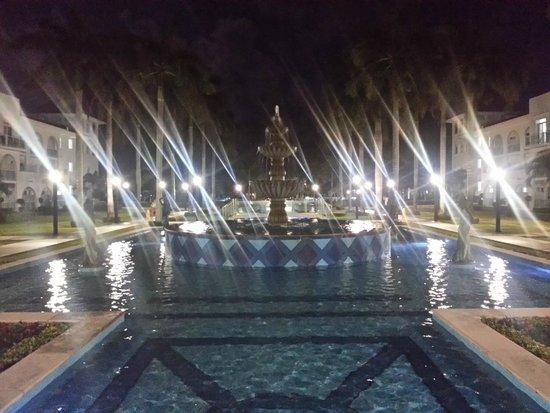 Hotel Riu Palace Mexico: Beautiful grounds at night