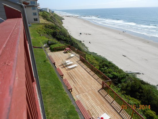 Nordic Oceanfront Inn : Looking down from the balcony at the grounds