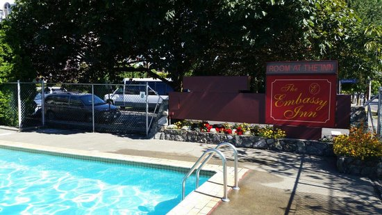 Embassy Inn: Pool is a bit sober, but heated...