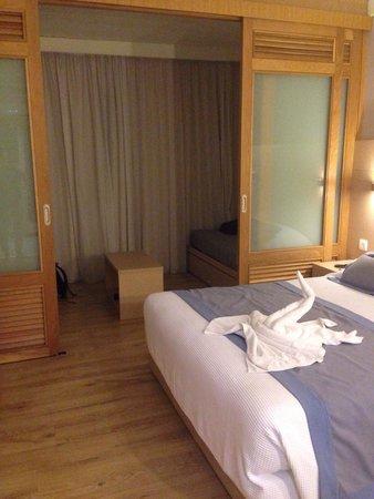 Louis Ledra Beach: Family room with sliding door