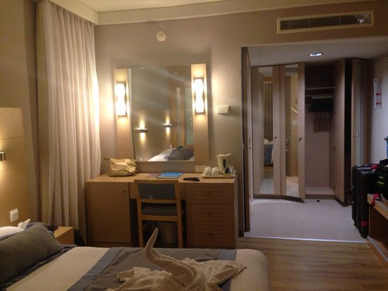Louis Ledra Beach: Great room with plenty of storage space