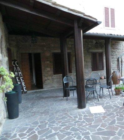 Residenza di Via Piccardi: Giardino - Tavoli per colazione