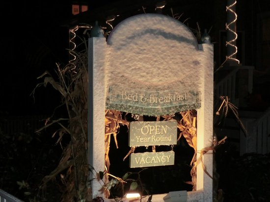 Isabelle's Beach House: sign in snow
