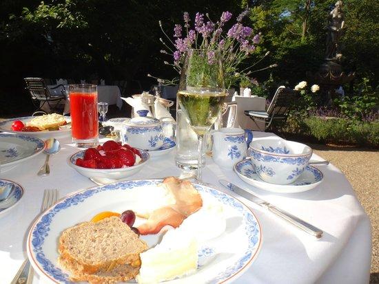 Brenners Park-Hotel & Spa: завтрак в летнем саду